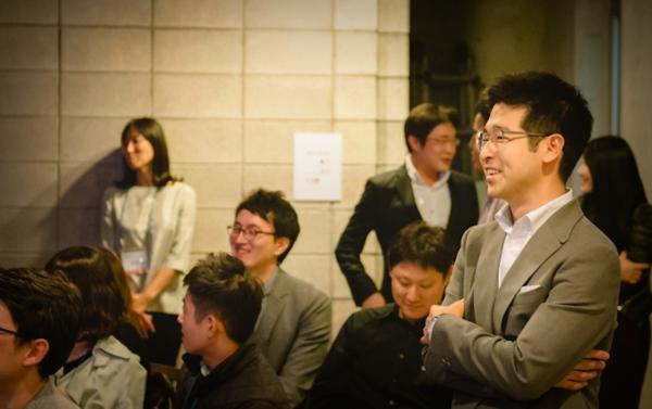 황희영 신임 대표(左)가 오픈서베이 클라이언트 데이에 초청 연사로 왔을 때 나와 한 프레임에 담긴 사진